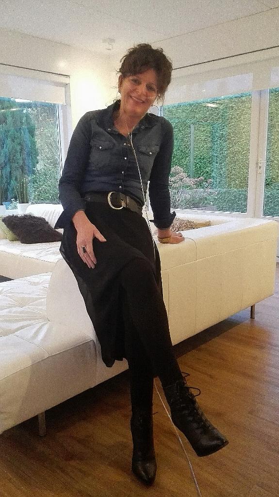 outfit met een zwarte rok en denim blouse
